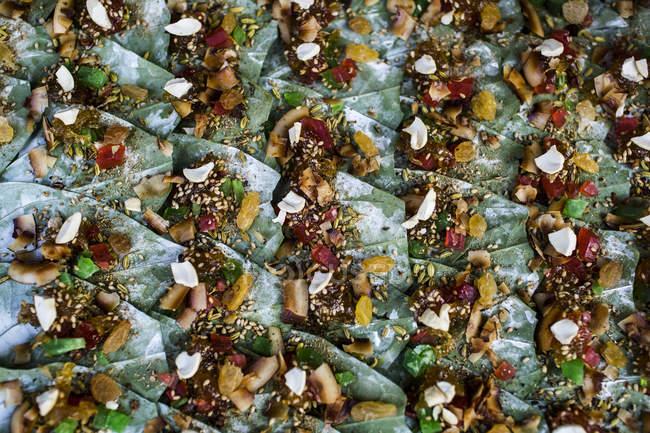 Високий кут з горіхами бетелю, загорнутими листям на ринку.. — стокове фото
