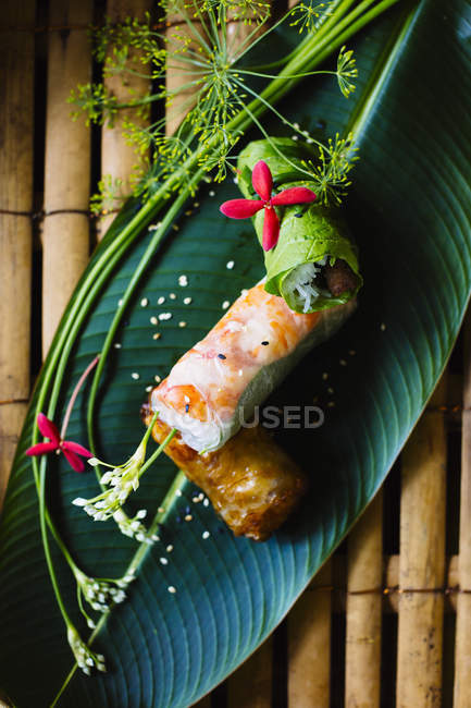 Високий кут крупним планом в'єтнамських весняних рулонів подається на листі бананів.. — стокове фото