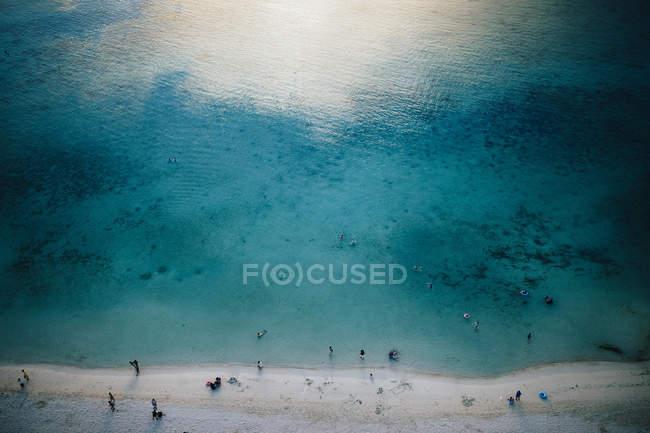 Vista de ángulo alto de agua cristalina y playa de arena blanca en Guam, Estados Unidos . - foto de stock