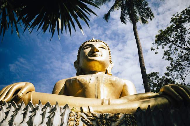Visão de baixo ângulo de grande Buda dourado no templo, Tham Krabok, Tailândia . — Fotografia de Stock