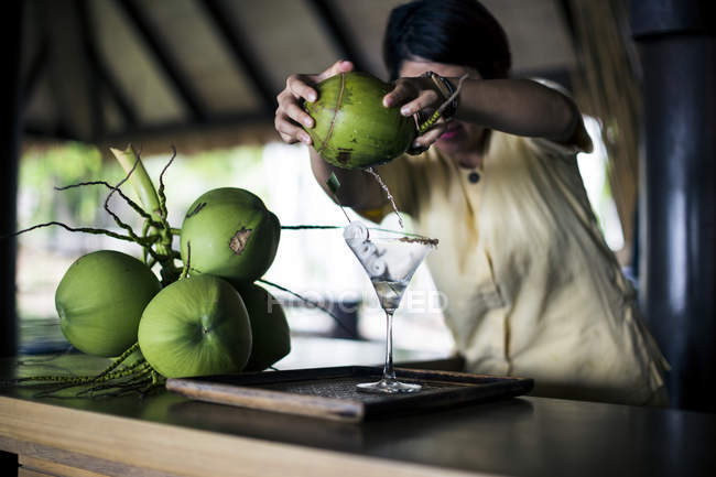 Local bartender mixing Praow-Tini out of a coconut shaker, Koh Samui, Thailand — Stock Photo