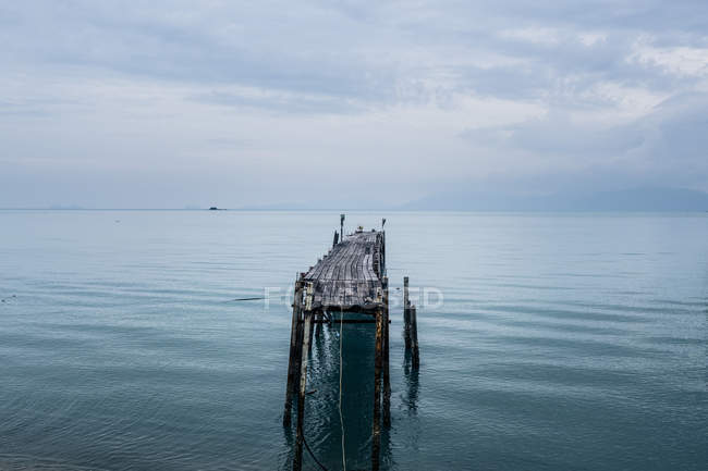 Seascape with old wooden jetty under cloudy sky, Koh Samui, Thailand — Stock Photo