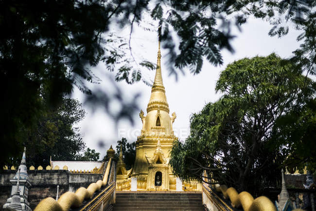Exterior view of small local temple with golden stupa, Koh Samui, Thailand. — Stock Photo