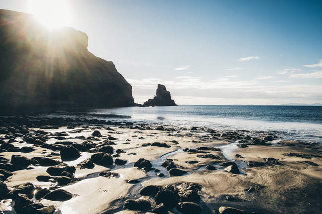 Sandy beach with rocks and cliffs with rugged ocean coast, Western Highlands, Scotland, UK — Stock Photo