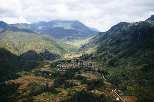 Paisagem com vale e montanhas sob um céu nublado no Vietnã . — Fotografia de Stock