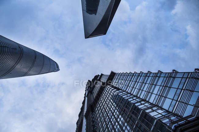 Низький кут Вигляд хмарочосів на блакитне небо, Шанхай, Китай — стокове фото