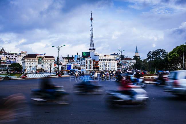 Escena urbana con movimiento difuso de tráfico y motocicletas en la calle Dalat, Vietnam. - foto de stock