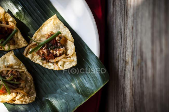 Alto ângulo close-up de crocante frito peles wonton com camarões e tomate. — Fotografia de Stock