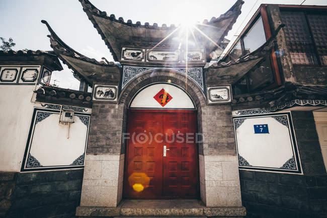 Зовнішній вигляд передніх дверей і даху традиційного китайського житлового будинку в Далі, провінція Юньнань, Китай. — стокове фото