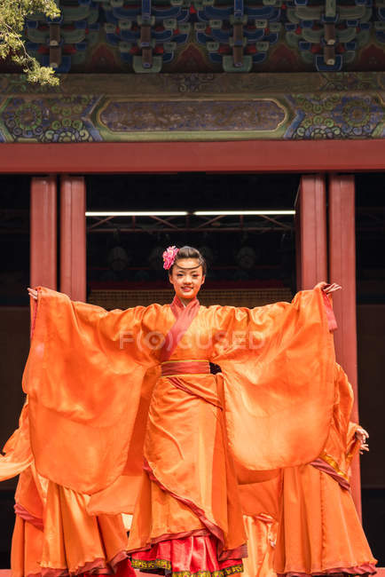 Female artist performing in traditional Chinese theater in temple, Beijing, China — Stock Photo