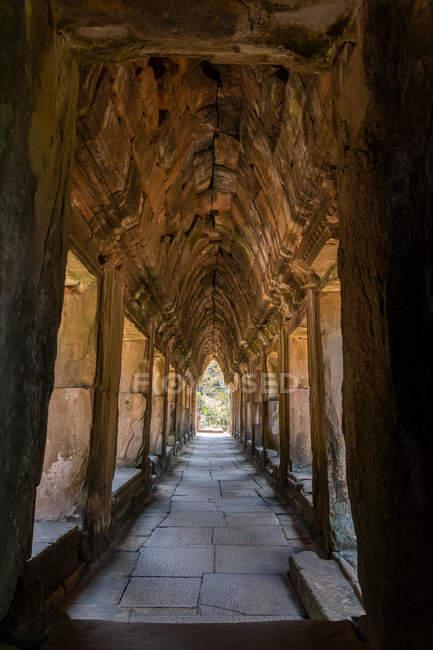 Antiche mura di corridoio ad Angkor Wat, Cambogia — Foto stock
