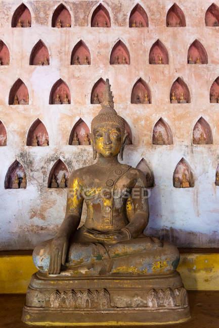 Wat Si Saket coleção de estátuas em nichos de parede, Vientiane, Laos — Fotografia de Stock