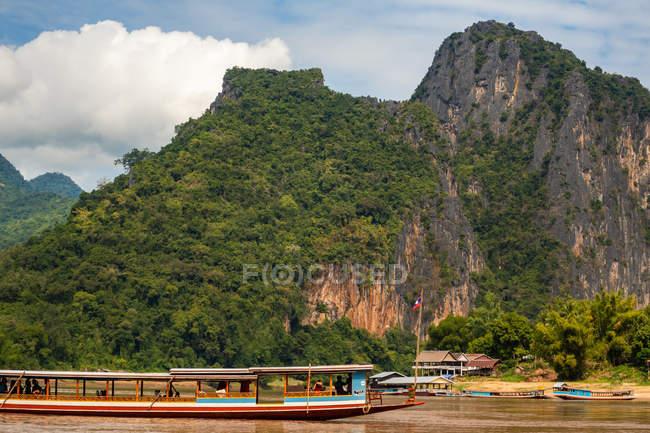 Река Меконг возле пещеры Пак У, Луангпрабанг, Лаос — стоковое фото