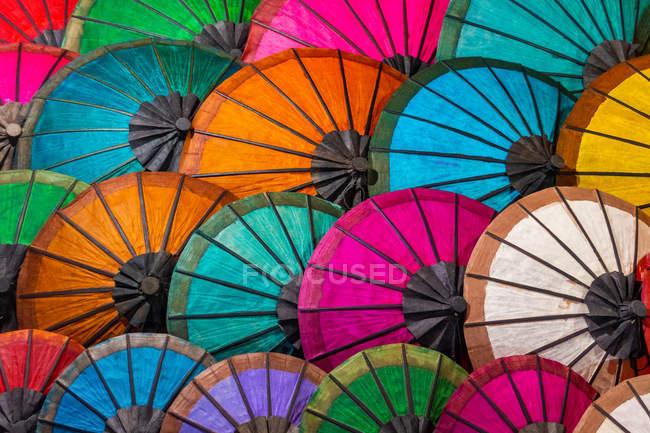 Guarda-chuvas coloridos no mercado de rua Em Luang Prabang, Laos — Fotografia de Stock