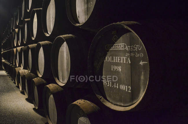 Close-up de barris de madeira de vinho do Porto empilhados em adega no Porto, Portugal . — Fotografia de Stock
