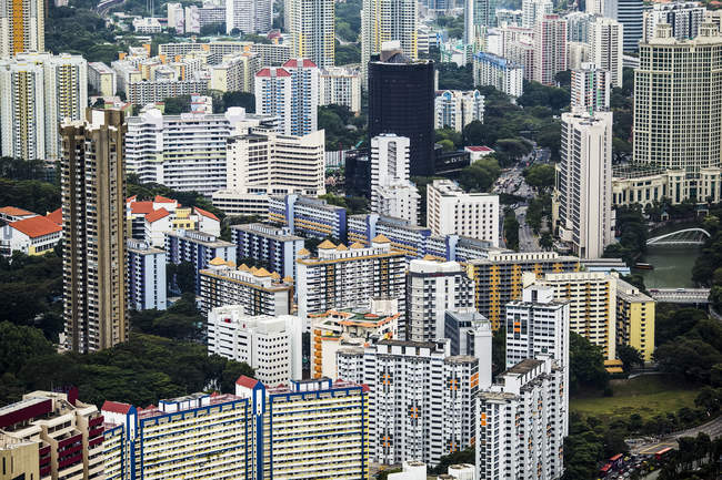 Високий кут огляду міста Сітківка з високими хмарочосами в Сінгапурі (Азія). — стокове фото