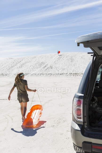 Adolescente ragazza con slitta, White Sands National Monument, NM — Foto stock