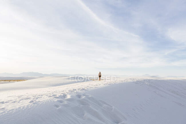 Teenage girl walking in the dunes, White Sands Nat'l Monument, NM — Stock Photo