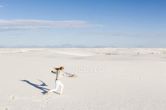 13-летняя девочка, танцующая в дюнах, памятник Белым пескам Натал, шт. Нью-Мексико — стоковое фото
