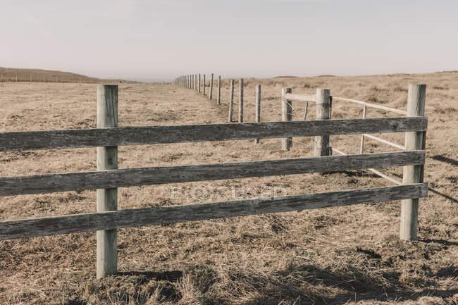 Cerca e campo, pastagem e terras agrícolas — Fotografia de Stock