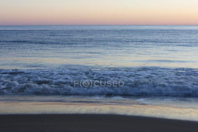 Schöne natürliche Aussicht auf brechende Wellen am Meeresufer — Stockfoto