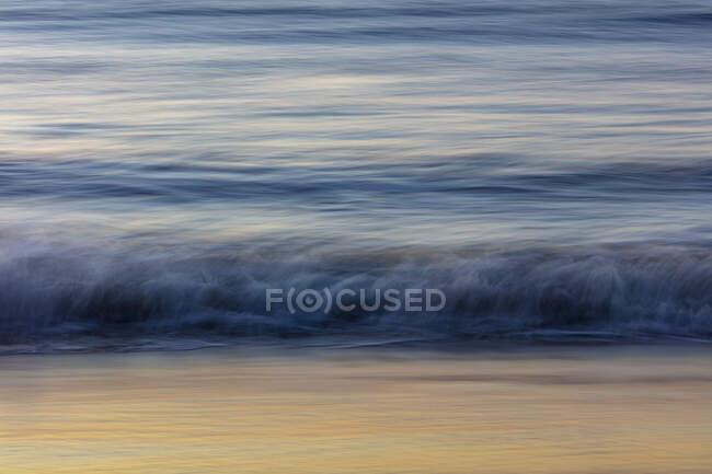 Прекрасний природний вигляд розбивання хвиль на березі моря. — стокове фото