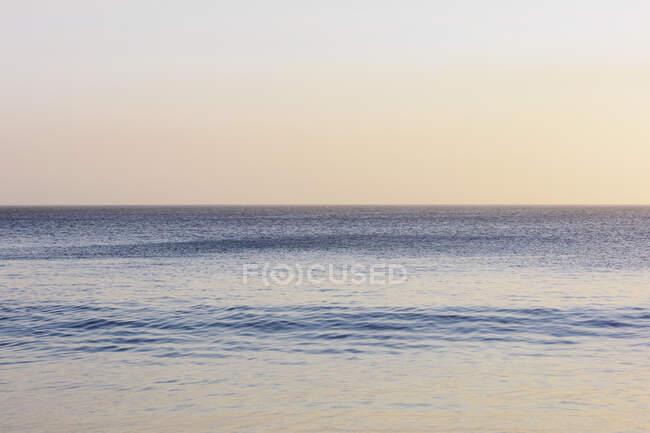 Изумительный морской пейзаж и ясное небо на рассвете — стоковое фото
