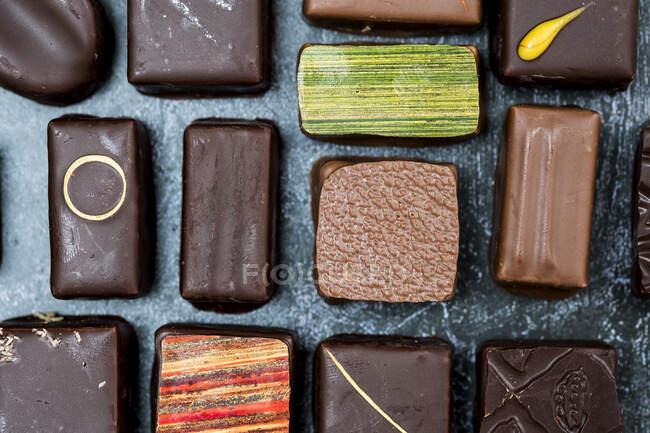 Высокоугольный крупный план выбора шоколадных пралинов. — стоковое фото