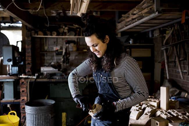 Жінка з довгим каштановим волоссям у підземеллі.. — стокове фото
