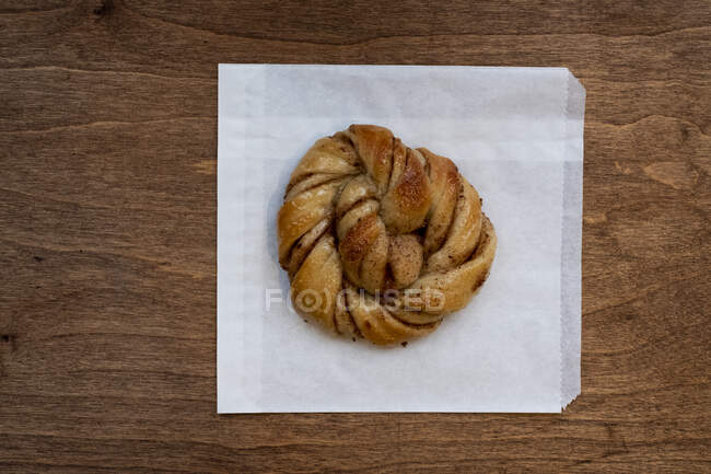 High angle close up of freshly baked cinnamon bun in an artisan bakery. — Stock Photo