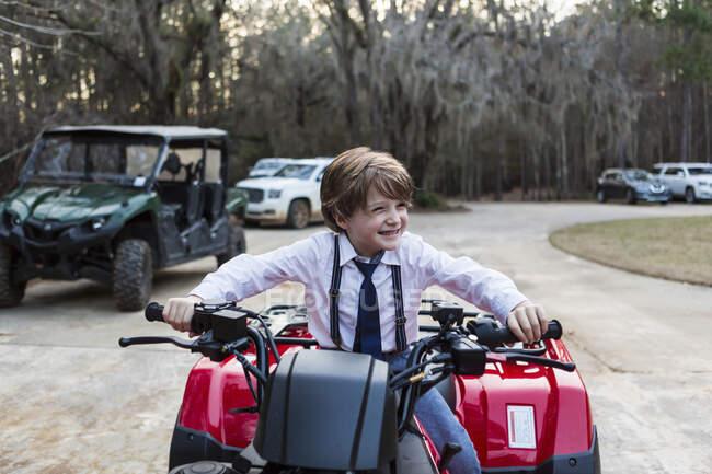 Lächelnder 6-jähriger Junge auf ATV, Georgien — Stockfoto