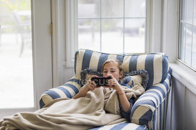 13-річна дівчинка дивиться на смартфон. — Stock Photo