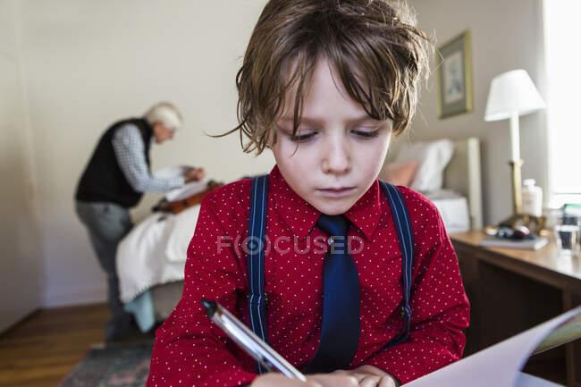6 anos de idade menino desenho no bloco de esboço em casa — Fotografia de Stock