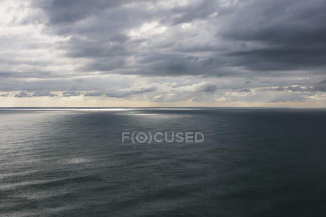 Nuvens de tempestade limpando sobre o oceano expansivo, luz solar na água, costa norte do Oregon — Fotografia de Stock