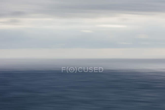 Vista expansiva do oceano, horizonte e nuvens de tempestade de clareamento, crepúsculo — Fotografia de Stock