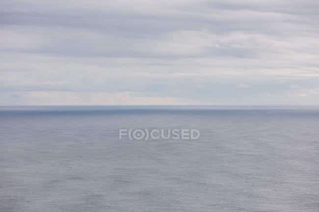 Широкий вид на океан, горизонт і чисті грозові хмари, сутінки — стокове фото