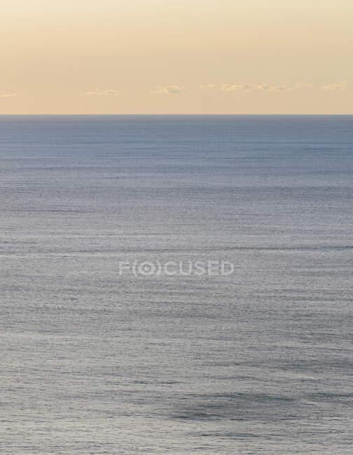 Vista da calma água do oceano, horizonte e céu ao amanhecer, costa norte de Oregon — Fotografia de Stock