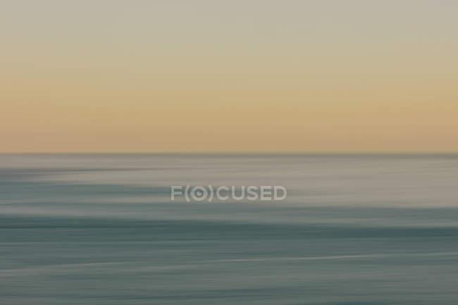 Blick auf Meer, Horizont und Himmel im Morgengrauen, verschwommene Bewegung, nördliche Oregon-Küste — Stockfoto