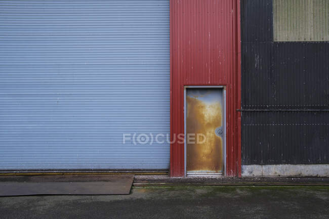 Colorfully painted warehouse exterior, doorway and loading area, Seattle, Washington — Stock Photo