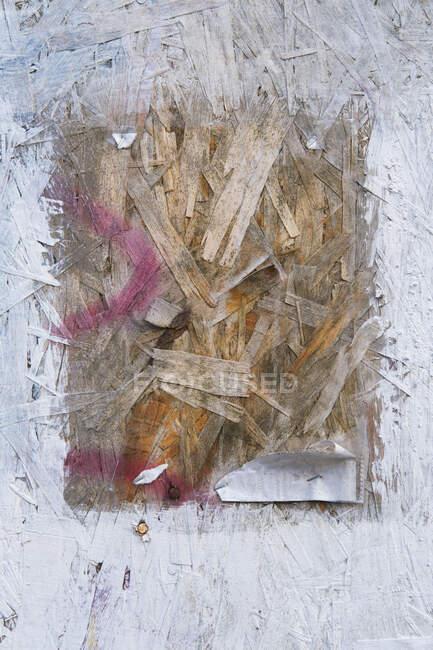 Panneau de particules blanc peint avec carré exposé au centre — Photo de stock