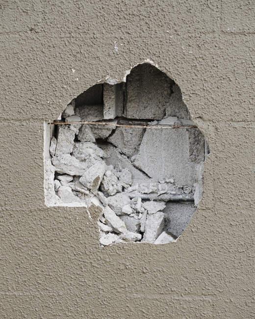 Detalle del muro de hormigón dañado - foto de stock