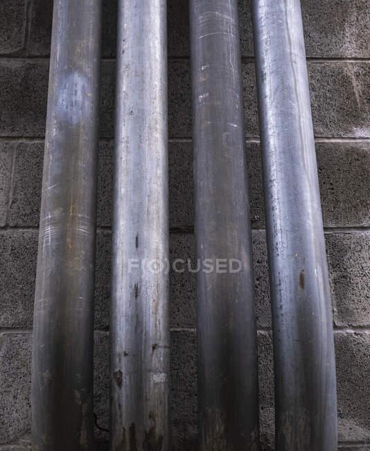 Metallrohre gegen Hauswand — Stockfoto