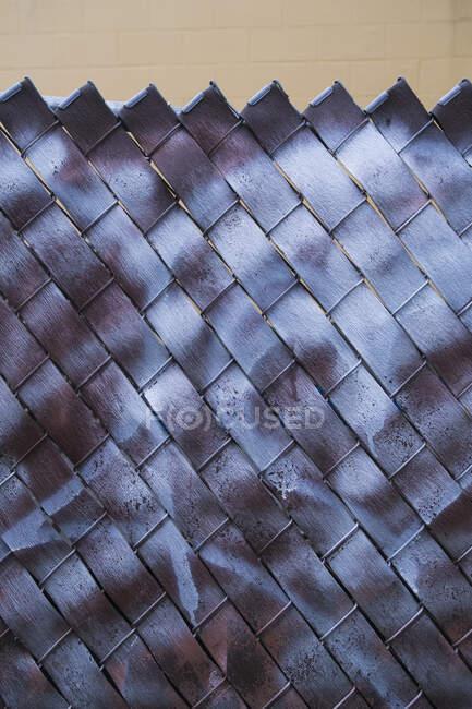 Detalhe da pintura graffiti cobrindo cerca de elo da cadeia — Fotografia de Stock