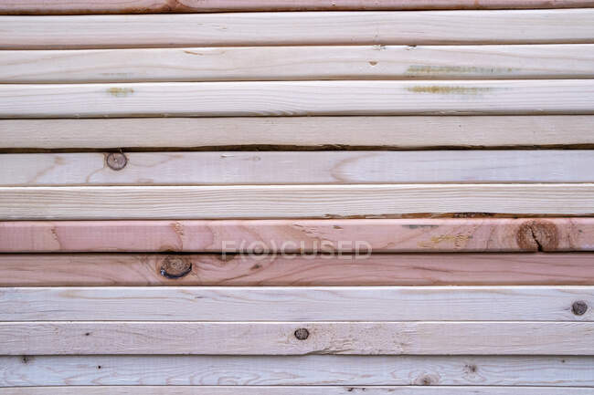 Stack of pine lumber used for building construction — Stock Photo