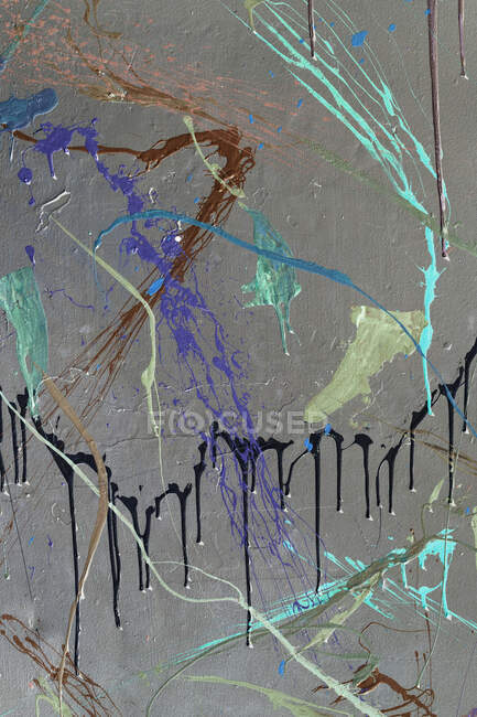 На міській стіні розмальовуються барвисті графіті. Барвисте абстрактне тло — стокове фото