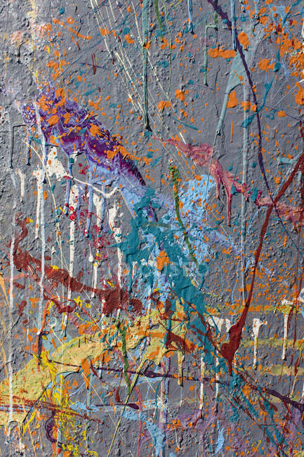 Colorful graffiti paint splatters on urban wall. Colorful abstract background — Foto stock
