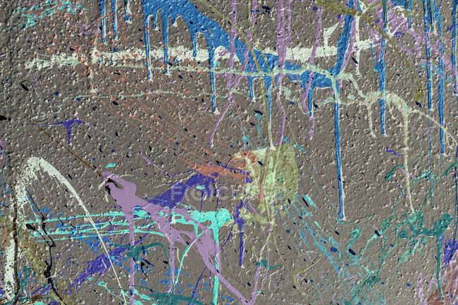 На міському мурі, абстрактному фоні, розмальовуються барвисті графіті. — стокове фото