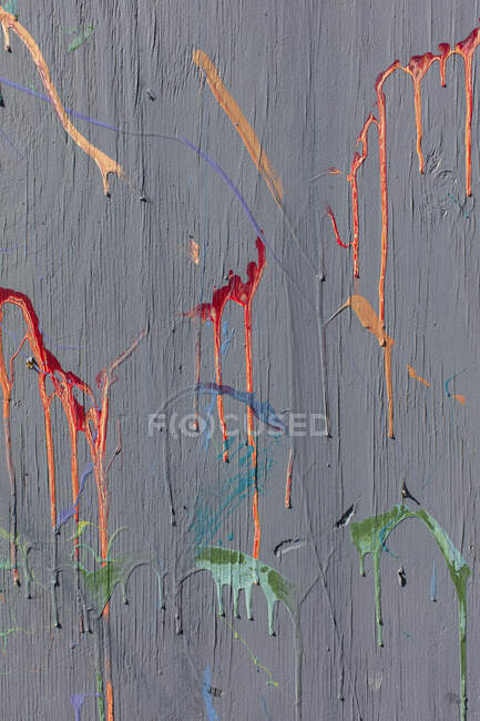 Colorful graffiti paint splatters on urban wall, abstract background — Stock Photo