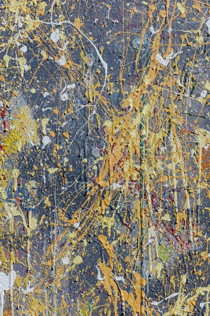 Colorful graffiti paint splatters on urban wall — Stock Photo