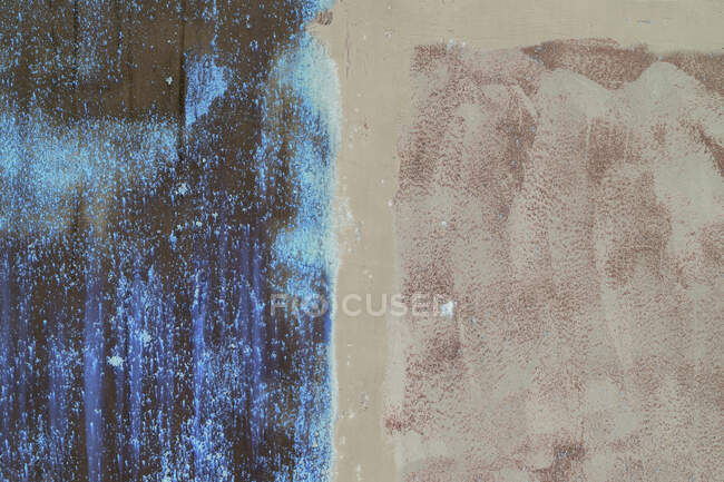 Перевернутое изображение ржавой металлической стены, наполовину покрытой краской, гнилой. — стоковое фото